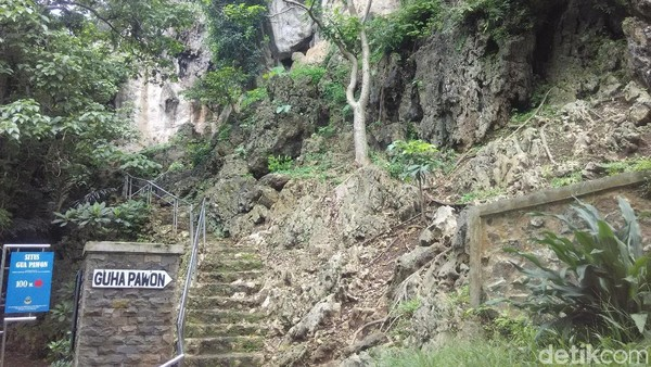 Situs purbakala Gua Pawon ada di Desa Gunung Masigit, Kecamatan Cipatat, Kabupaten Bandung Barat. Di dalamnya terdapat rangka manusia dan benda-benda prasejarah berusia ribuan tahun. (Rachmadi Rasyad/detikTravel)