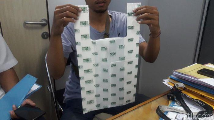 Foto: Kantong biodegradable terbuat dari tepung singkong dan tepung jagung. (Isal-detikcom)