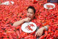 Keren! Wanita Ini  Menangkan Kompetisi Makan Cabe di Kolam Air Panas