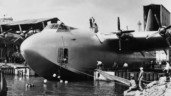 Hughes H-4 Hercules (Spruce Goose). Berat kosong: 113.399 kilogram. Panjang: 66,65 meter. Lebar sayap: 97,54 meter. Penerbangan pertama: 1947 (Foto: CNN)