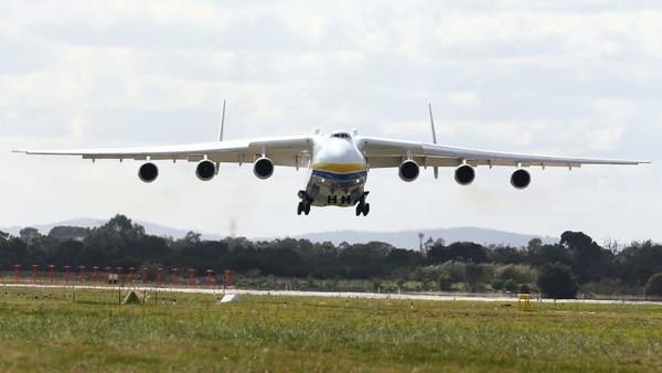 Antonov An-225 Mriya. Berat kosong: 285.000 kilogram Panjang: 84 meter. Lebar sayap: 88,4 meter. Penerbangan pertama: 1988. Antonov An-225 bermesin enam memegang gelar dari kedua pesawat terberat yang pernah dibuat (Foto: CNN)