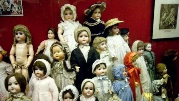Pasti traveler membayangkan mainan, bukan? Ya, museum ini dipenuhi oleh beragam boneka dan mainan. (Museum of Childhood, Edinburgh/Facebook)