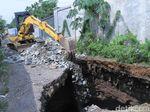 Lubang Besar di Jalan Kutawaringin Diuruk Petugas