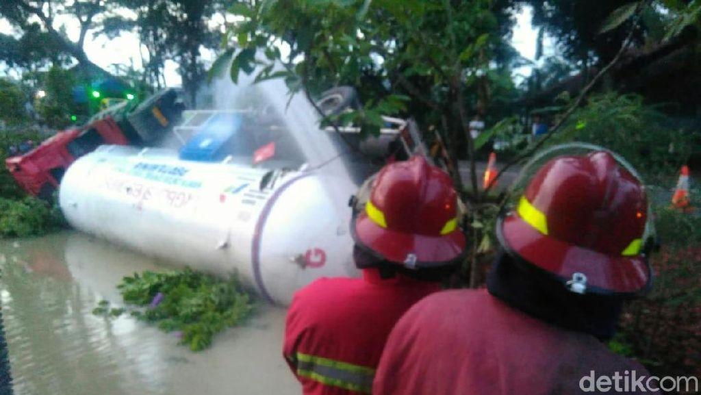 Truk Tangki LPG Terguling di Kebumen, Petugas Damkar Diterjunkan