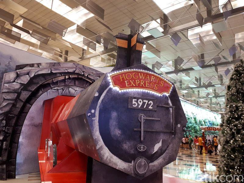 Menyambut Natal dan libur Tahun Baru, Bandara Changi menampilkan A Wizarding World Holiday. Para traveler akan merasakan dunia Harry Potter dan Fantastic Beasts karangan J.K. Rowling (Afif Farhan/detikTravel)