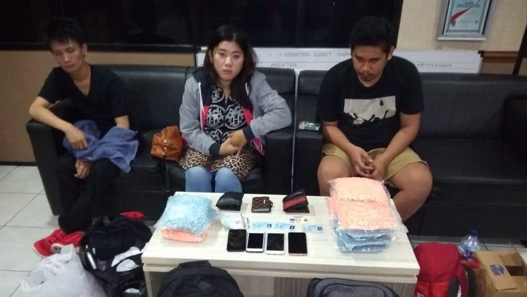 Pasutri Pengedar Ganja Cair dan Ekstasi Ditangkap di Surabaya