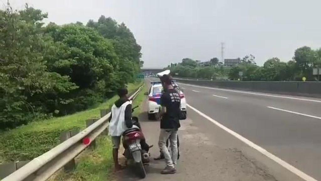 Nekat Nyelonong Tol Cipularang, Pemotor Ini Disergap Polisi