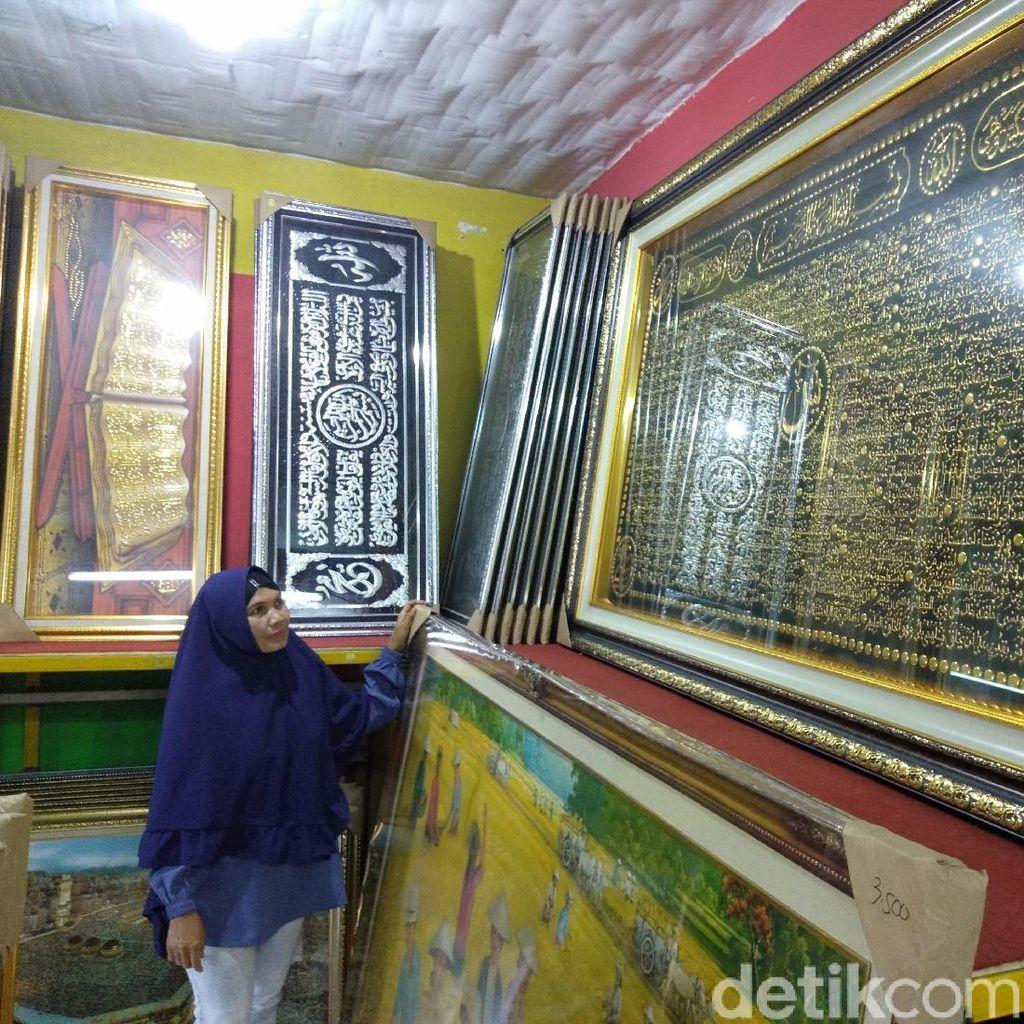 Rezeki Musim Umrah untuk Pengrajin Pigura dan Kaligrafi di Sidoarjo