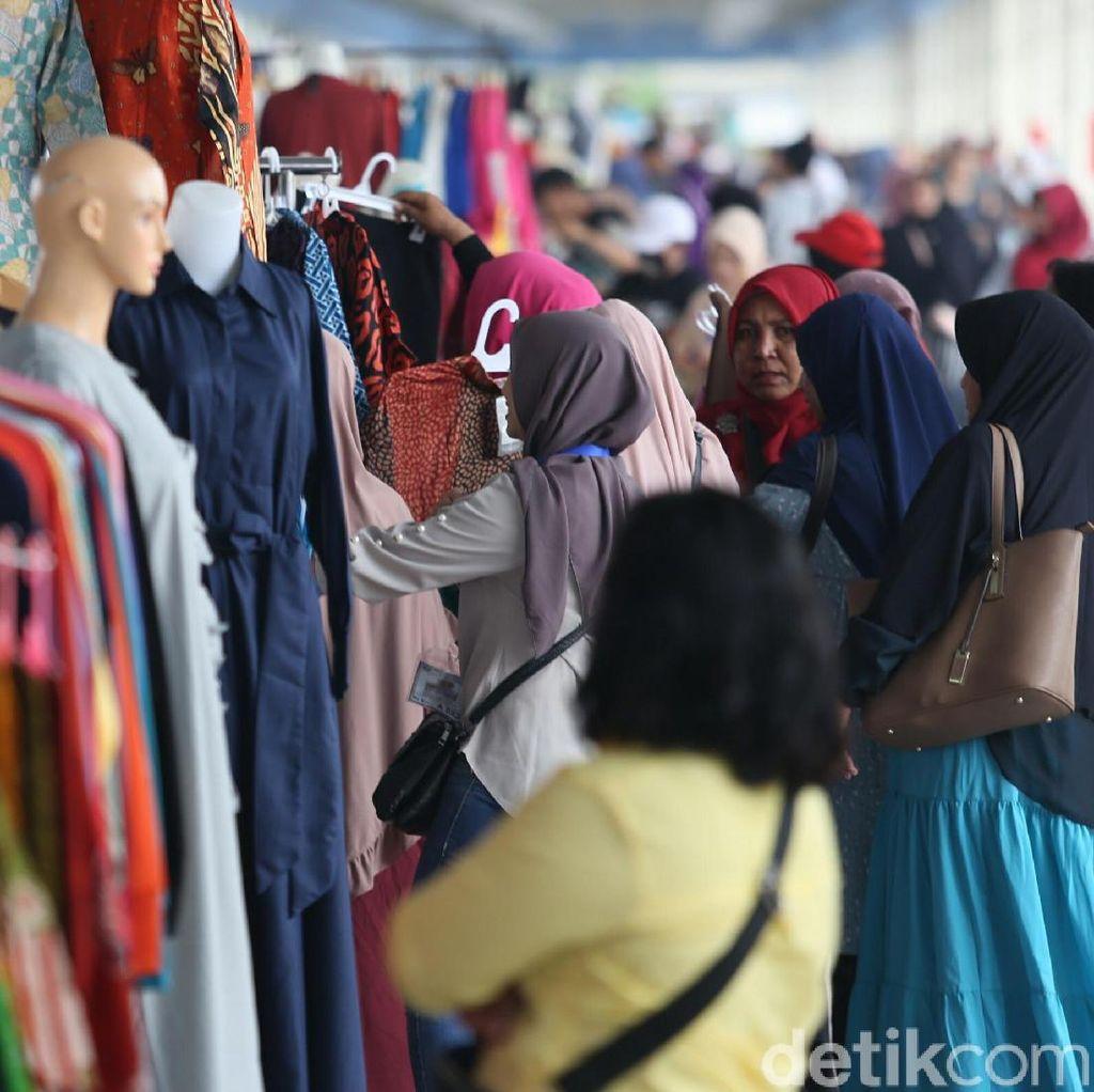 Pedagang Hepi Jualan di Skybridge Tanah Abang, Rame Sih!