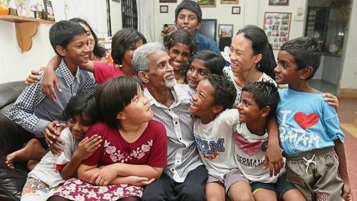 David Barbanas dan anak-anak terlantar yang diasuhnya. Foto: M Star