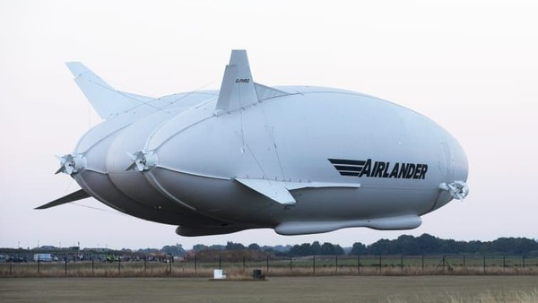 HAV Airlander. Berat kotor: 20.000 kilogram. Panjang: 92 meter. Lebar sayap: 43,5 meter. Penerbangan pertama: 2012 (Foto: CNN)
