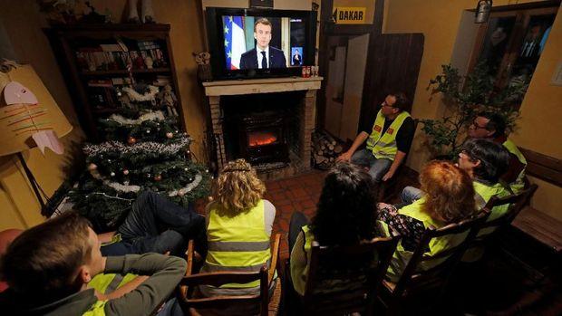 Macron Menaikan Upah Minimum Sebesar 100 Euro Mulai 2019