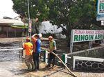 Petugas Gabungan Mulai Bersihkan Dampak Banjir di Kota Malang