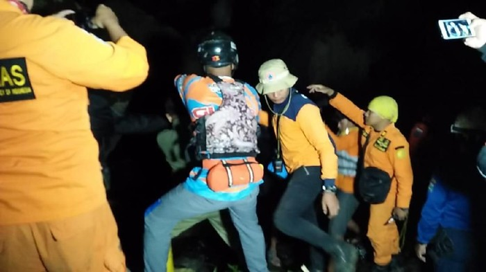 Proses evakuasi 2 jenazah pelajar SD yang hanyut di Coban Talun. (Foto: Istimewa)