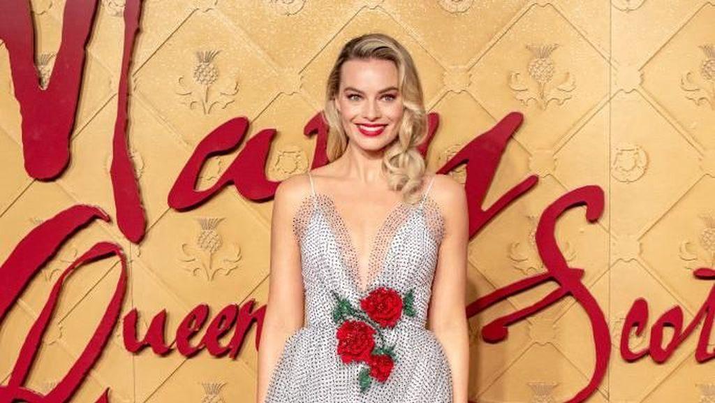 Cantiknya Margot Robbie Pakai Gaun Berbelahan Dada Rendah di Red Carpet