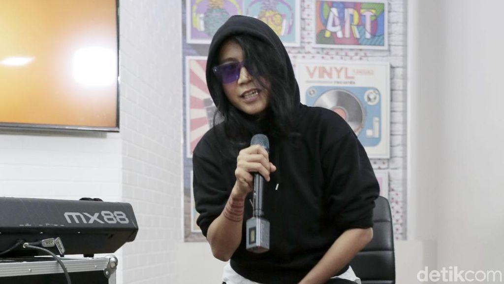 Tonton Aksi Dewiq Nyanyi Setelah Vakum 10 Tahun di Sini