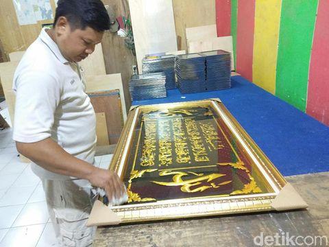 Rezeki Musim Umrah untuk Pengrajin Pigura Kaligrafi di Sidoarjo