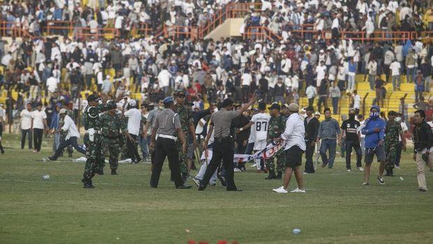 Suporter PSIM Yogyakarta merangsek ke dalam stadion.