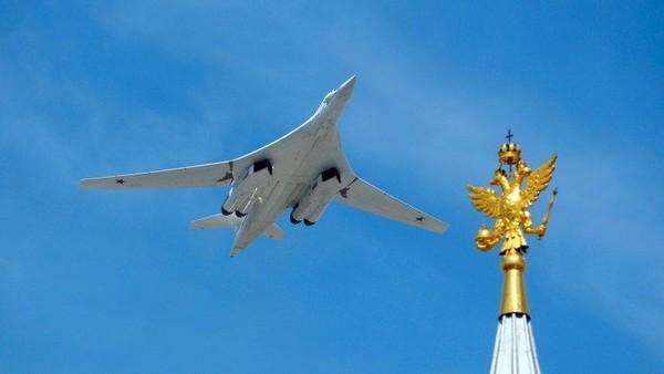 Tupolev Tu-160. Berat kosong: 110.000 kilogram. Panjang: 54,10 meter. Lebar sayap: 55,70 meter. Penerbangan pertama: 1981 (Foto: CNN)