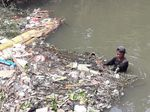 Hamparan Sampah di Kali Samping Unisma Bekasi Dibersihkan