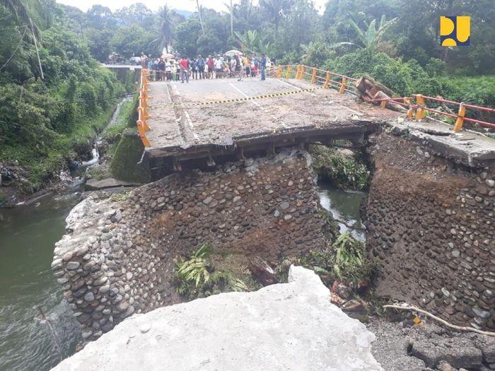 Kehadiran jembatan sementara berupa jembatan rangka baja tersebut diharapkan dapat membuka kembali lalu lintas Kota Padang-Bukittinggi yang sebelumnya terputus. Dok.Kementerian PUPR.