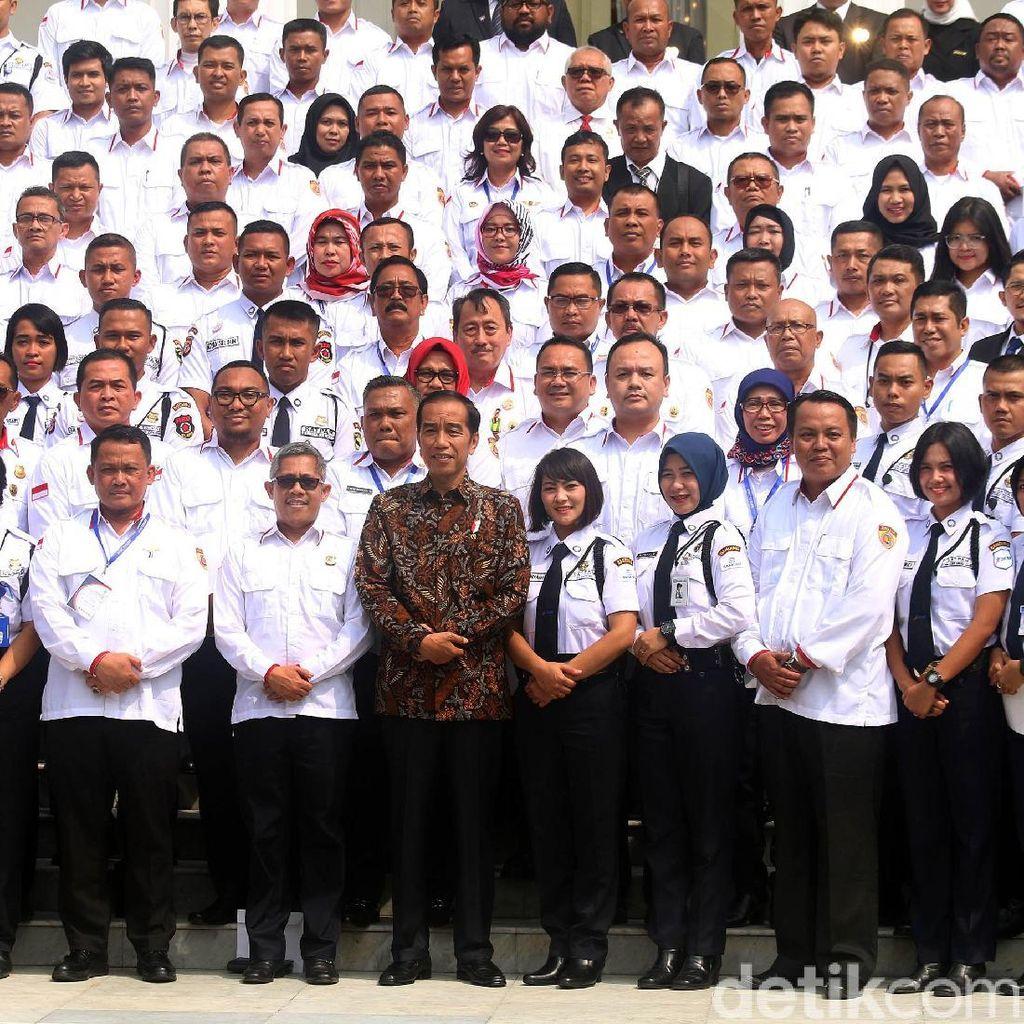 Gaya Jokowi Nge-Vlog Bareng Satpam di Istana