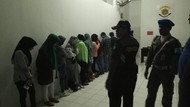 Digerebek Polisi Syariat Aceh, 9 Pasang Pemuda Hanya Pakai Handuk