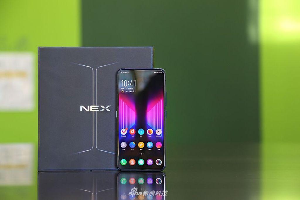 Kedua layar Vivo NEX Dual Display Edition mengusung layr AMOLED. Foto: Sina Mobile