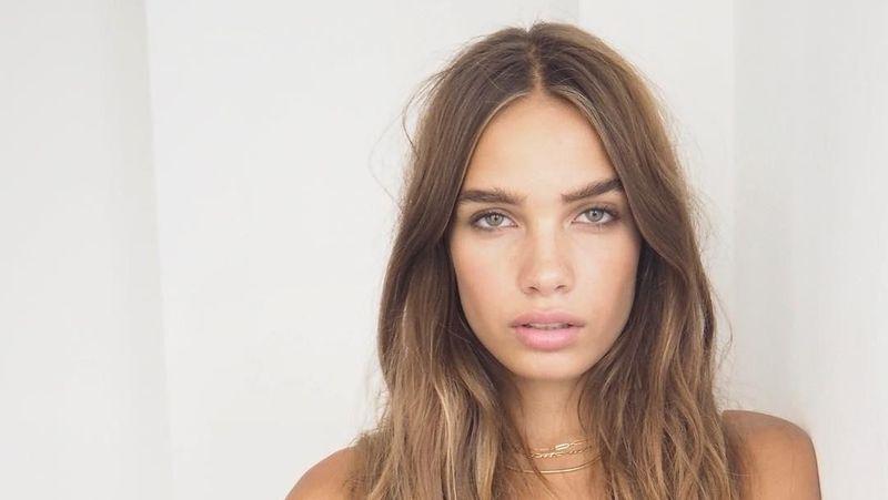 Mari kenalan dengan Hana Cross, model cantik yang disebut-sebut sebagai kekasih anyar Brooklyn Beckham, putra sulung legenda sepakbola Inggris David Beckham. Mereka berdua mulai berkencan bulan Desember 2018 lalu. (Instagram/@hancross)