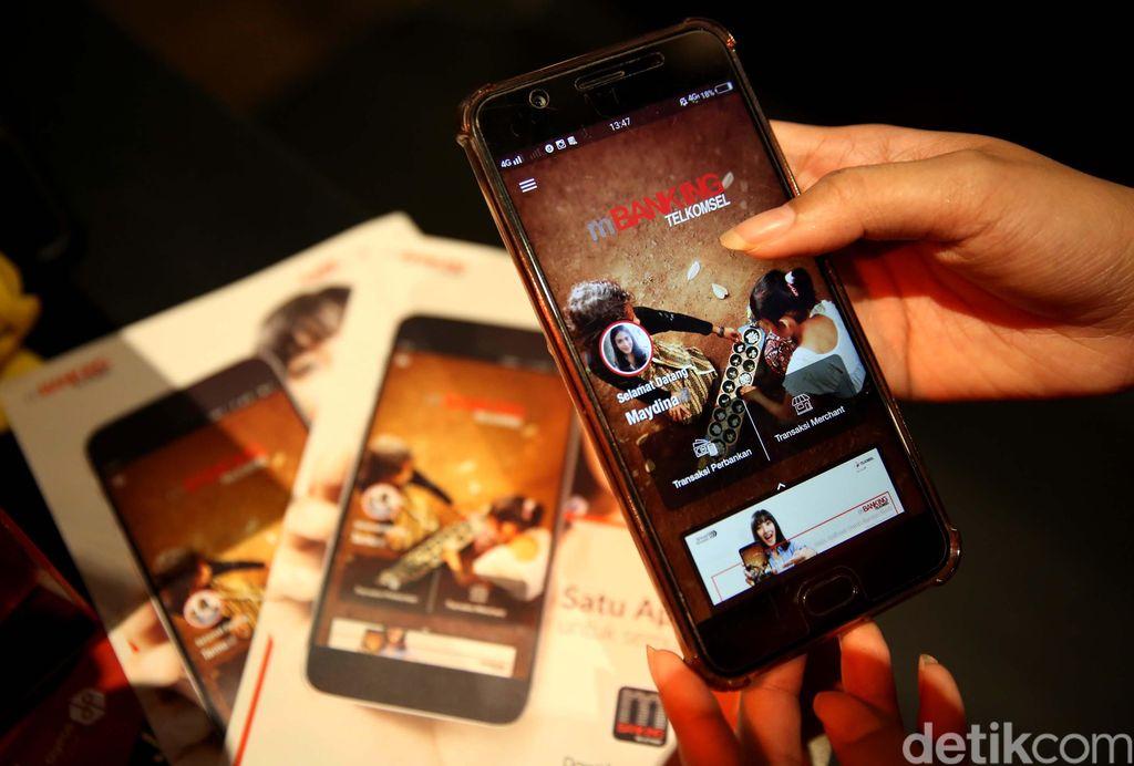 Hingga kini tercatat baru 24 bank yang bisa digunakan di smartphone berbasis Android. Sementara untuk aplikasi versi iOS masih terus dikembangkan.