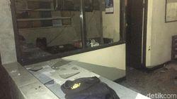 Garis Polisi Dipasang di Polsek Ciracas yang Dirusak Massa