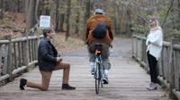 Lamaran Blake Martin gagal romantis karena ada pesepeda yang lewat