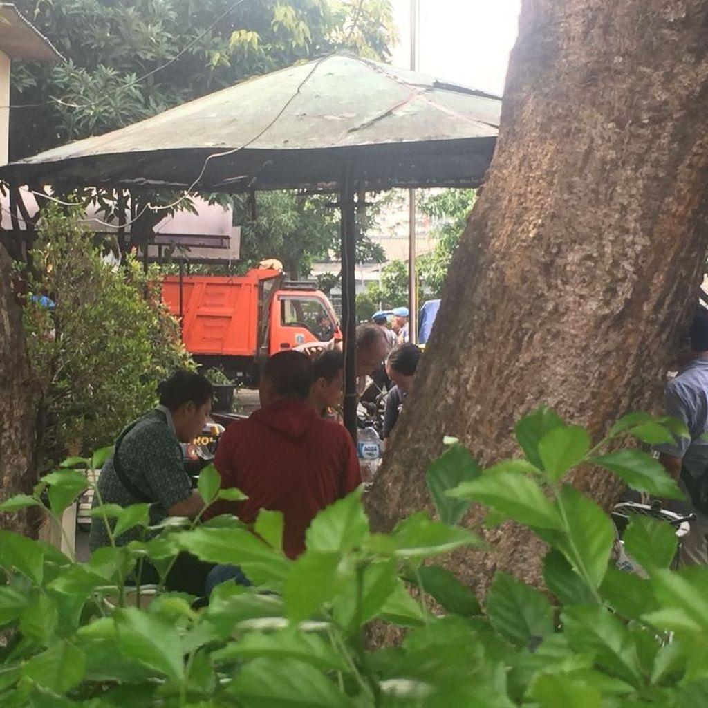 Puing-puing Perusakan Polsek Ciracas Mulai Diangkut Truk Sampah