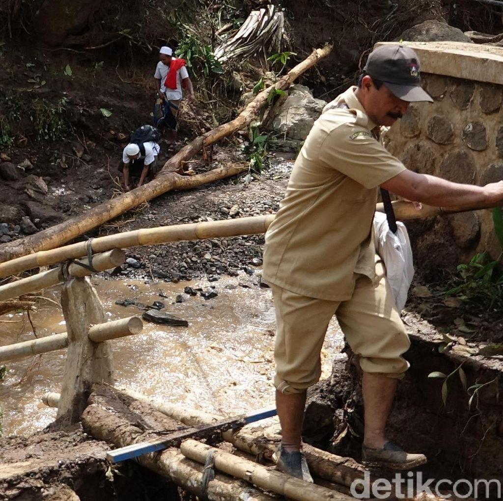 Petugas Gabungan Buka Jalur Banjir Bandang di Probolinggo