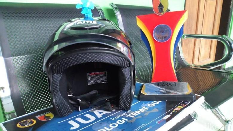 Siswa SMP di Ponorogo Inovasikan Helm Jadi Pengaman Motor, Kok Bisa?