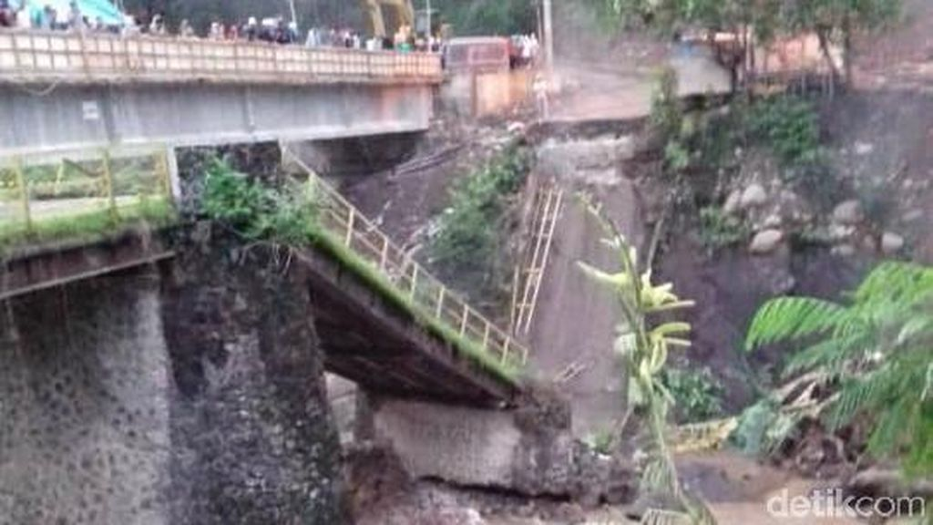 Jembatan Kaligenting Penghubung Pekalongan-Pemalang Roboh