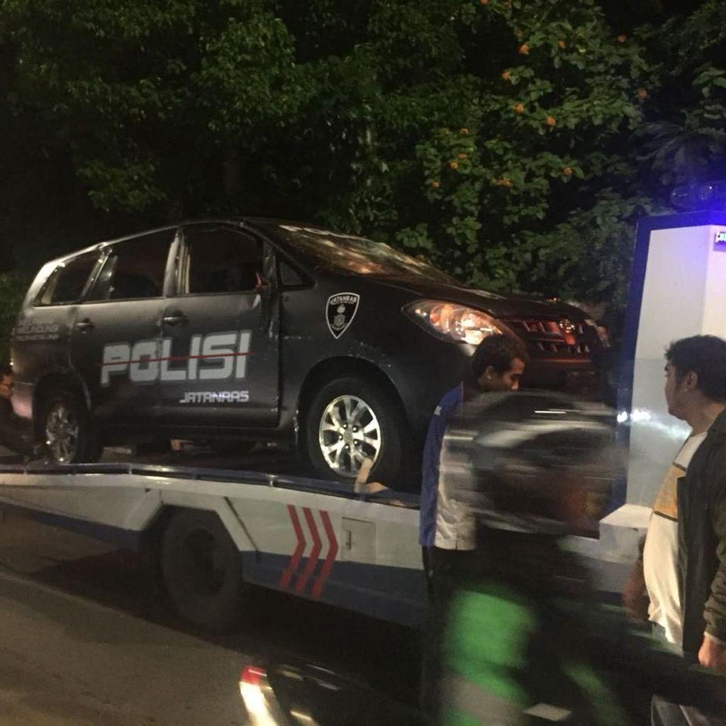 Mobil yang Dirusak Massa Mulai Diangkut dari Polsek Ciracas