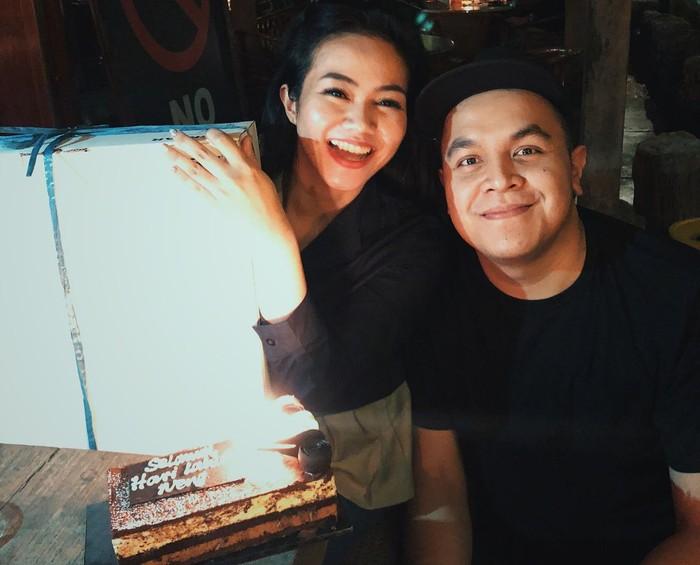 Foto bersama Tulus, Yura pun terlihat sangat bahagia lagi-lagi mendapatkan kue kesukaannya. Foto: Instagram @yurayunita