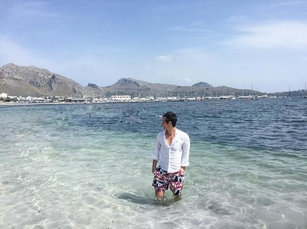 Menikmati indahnya pantai di Puerto De Pollensa, Islas Baleares, Spanyol. (gabrielndsprado/Instagram)