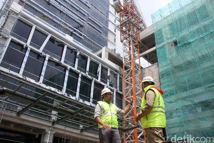 Proses pengerjaan gedung itu dikerjakan oleh kontraktor dari Wika Gedung yang telah berpengalaman dan hingga kini masih terus berlanjut, Rabu (12/12/2018).