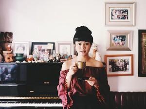 Pose Keren Yura Yunita Cicip Teh dan Ngemil Croissant