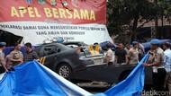 Polisi Evakuasi Mobil yang Dirusak Massa di Polsek Ciracas