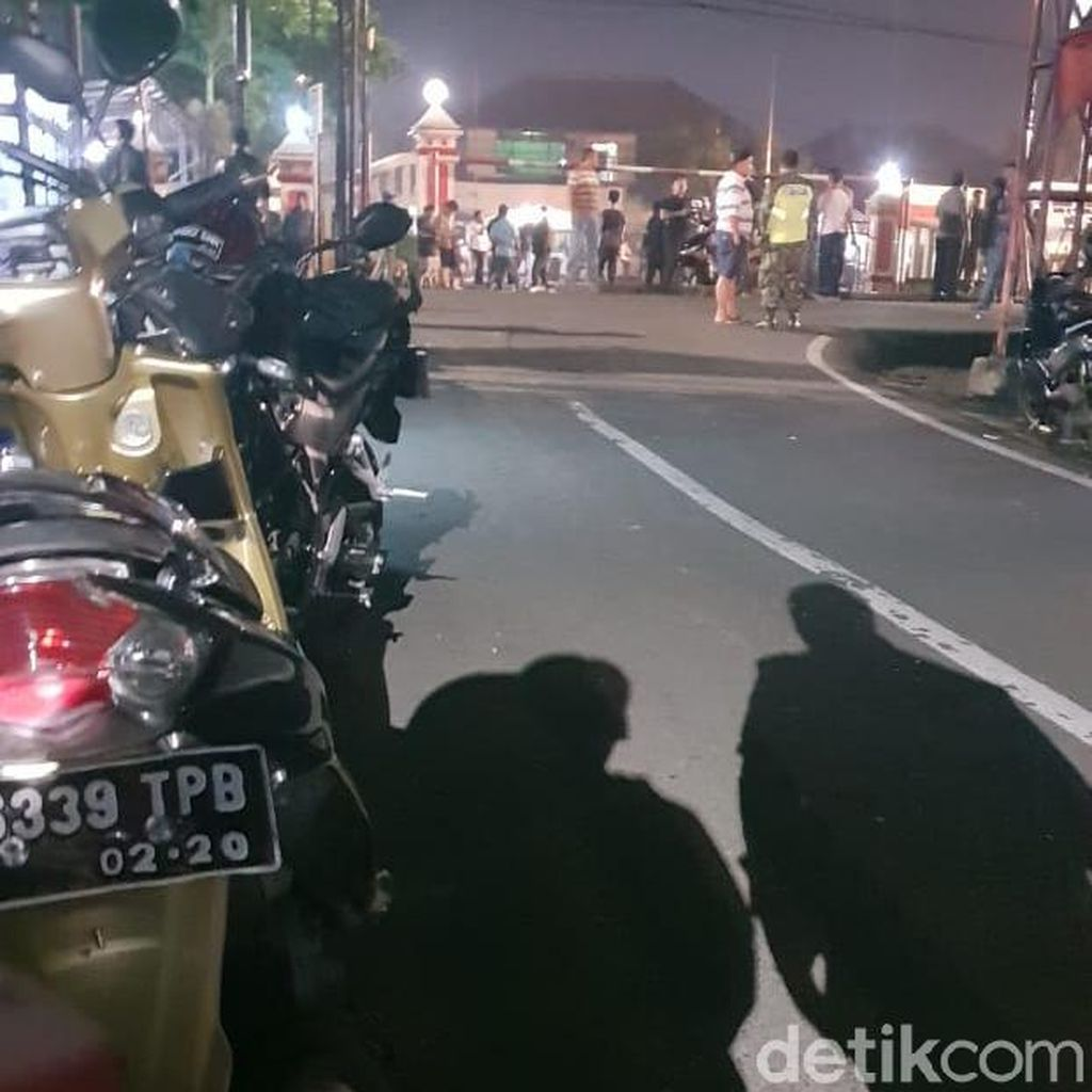 Mobil dan Sepeda Motor di Depan Polsek Ciracas Digulingkan Massa