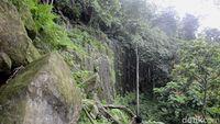 Watu Bahan yang tampak seperti tebing (Robby Bernardi/detikTravel)