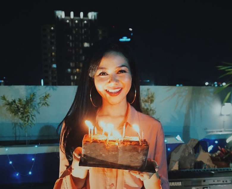 Di acara hari ulang tahunnya, Yura Yunita pun mendapat kejutan dari para penggemarnya Hip Hip Yura. Senangnya! Foto: Instagram @yurayunita