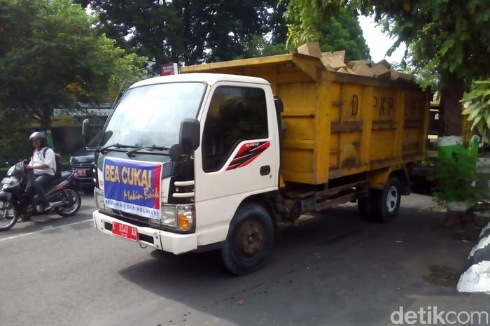 Jutaan batang rokok ilegal diangkut menggunakan 10 truk menuju TPA Tanjungrejo Kudus.
