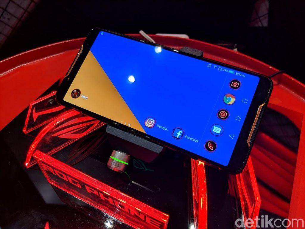 Asus ROG Phone hadir dengan layar AMOLED dengan ukuran 6 inch dan resolusi 2160x1080 pixel.Punya refresh rate hingga 90Hz dan response time 1ms pixel membuat bermain game di smartphone terasa lebih memuaskan. Foto: Adi Fida Rahman/detikINET