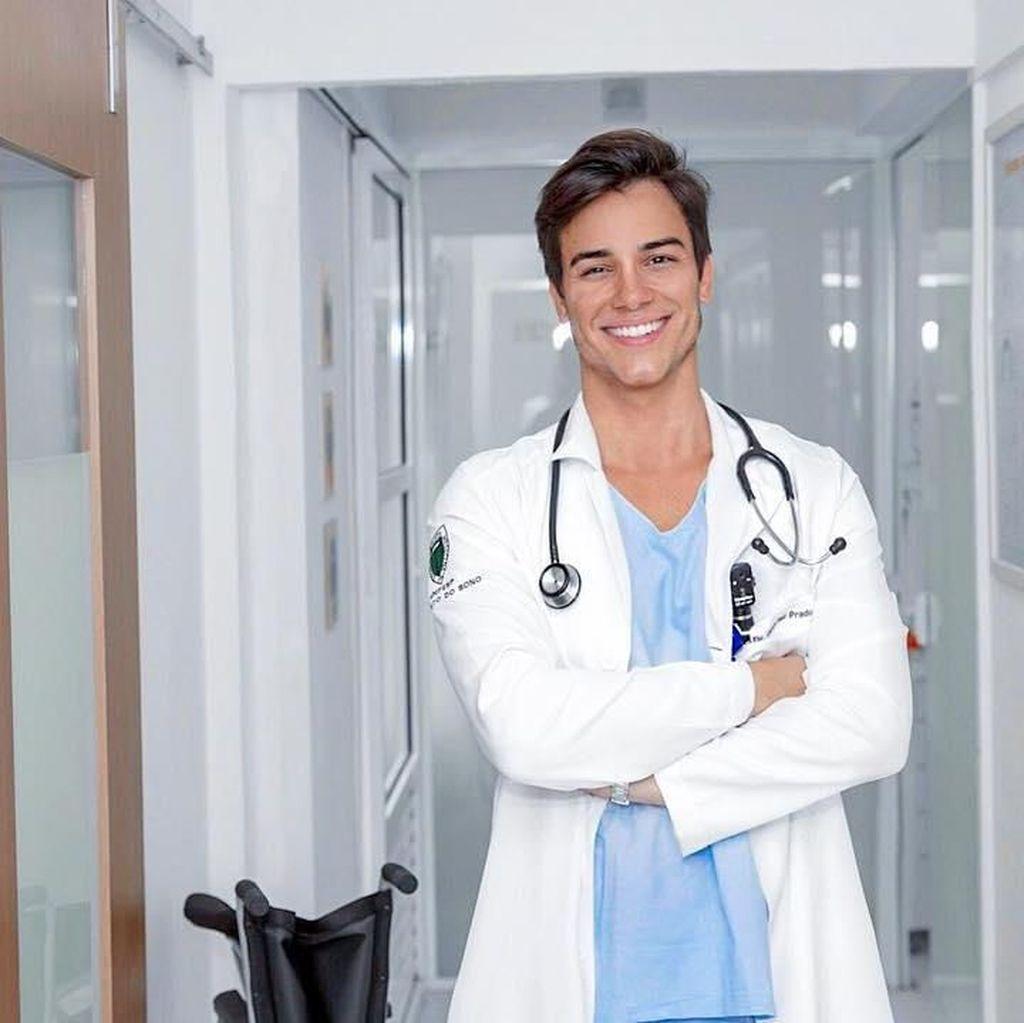 Foto: Liburannya Dokter Tampan Brasil, Gabriel Prado