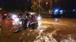 Hujan Satu Jam, Genangan Air di Surabaya Bikin Mogok Motor