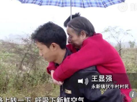 Pengabdian Wang untuk merawat ibunya yang lumpuh
